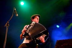 Dragspels- spelare av showen LaModa (musikband) för levande musik på den Bime festivalen Arkivfoto