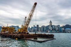 Draguant en port de Hong Kong, écopant la boue, les mauvaises herbes, et les déchets photos libres de droits