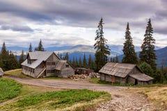 Drahobrat by i de Carpathian bergen Royaltyfri Bild