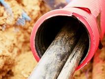 Draht im HDPE und in protectivep Rohr Gebäude von Linien von metallischem und von Lichtwellenleitern, Stockbilder
