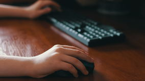 Drahtlose Computermaus und Tastatur verwendeter Jugendlicher stock video