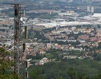 Drahtlose Telekommunikationsantenne über der unermesslichen Metropole Lizenzfreie Stockfotografie