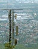 Drahtlose Telekommunikationsantenne über der unermesslichen Metropole Lizenzfreies Stockbild
