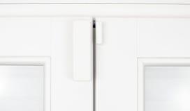 Drahtlose Warnungs-Sensor-Fenstertür auf weißer Schärpe lizenzfreie stockfotos