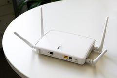 Drahtloser Internet-Router mit Verbindung für Ethernet und Konsole auf einer weißen Tabelle im Büro, Kopienraum, vorgewählter Fok stockfotos