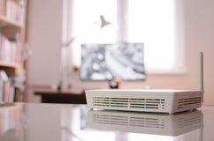 Drahtloser Router oder Wi-Figerät innerhalb des kleinen Raumes Lizenzfreie Stockbilder
