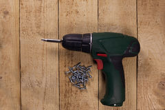 Drahtloser Schraubenzieher auf Bretterboden stockfoto