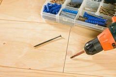 Drahtloses Bohrgerät, Schrauben und Werkzeugkasten Stockfotografie