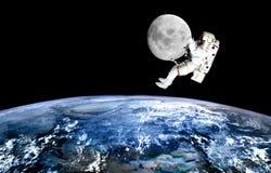 Drahtloses Internet Raumfahrer wiitch Auftrags auf Mond lizenzfreies stockfoto