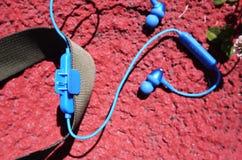 Drahtloses kleines bluetooth Kopfhörerinohr Details und Nahaufnahme stockfotografie