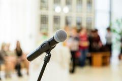 Drahtloses Mikrofon auf dem Stand an einer Aufnahme in der Halle JULI: Nicht identifizierte Leute und die homosexuelle Flagge auf Lizenzfreie Stockfotografie