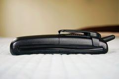 Drahtloses Telefon auf Bett Stockfotos