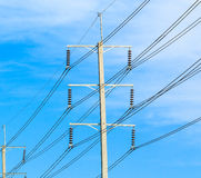Drahtpfosten am elektrischen HochspannungsBeitrag stockbild