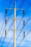 Drahtpfosten am elektrischen HochspannungsBeitrag stockfotos