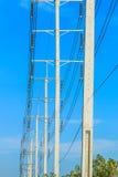Drahtpfosten am elektrischen HochspannungsBeitrag lizenzfreies stockbild
