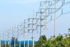 Drahtpfosten am elektrischen HochspannungsBeitrag stockfoto
