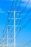 Drahtpfosten am elektrischen HochspannungsBeitrag lizenzfreie stockfotografie
