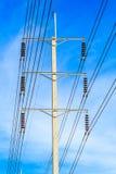 Drahtpfosten am elektrischen HochspannungsBeitrag lizenzfreie stockbilder