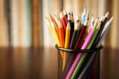 Drahtschreibtisch sauber voll von farbigen Bleistiften Lizenzfreies Stockbild