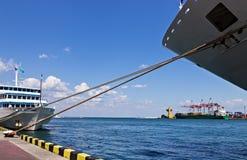 Drahtseil-Nasenschiff Kreuzen stockfotos