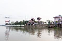 Drahtseilbahn über dem Fluss bei Wat Niwetthammaprawat in den Knallschmerz lizenzfreie stockbilder