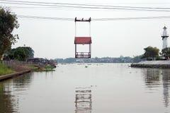 Drahtseilbahn über dem Fluss bei Wat Niwetthammaprawat in den Knallschmerz stockfotos