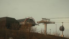 Drahtseilbahn über dem Fluss, Rollen mit Kabeln stock video footage