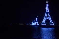 Drahtseilbahn über dem Ozean nachts Stockbilder
