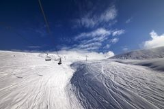 Drahtseilbahn über Skisteigung Stockfoto