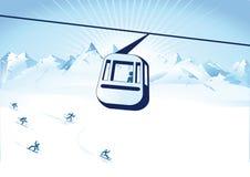 Drahtseilbahn über Skisteigung Stockbilder