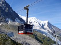 Drahtseilbahn auf dem Mont Blanc-Gebirgsgebirgsmassiv, Sommerlandschaft stockfotografie