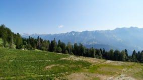 Drahtseilbahn auf der Skisteigung an einem sonnigen Sommertag stockbilder
