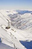 Drahtseilbahn über einem Gebirgstal Lizenzfreie Stockfotos