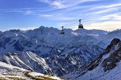 Drahtseilbahn in den Alpen Stockbild