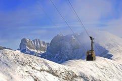 Drahtseilbahn in den Alpen Stockfotos