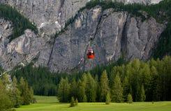 Drahtseilbahn in den Alpen. Italien Lizenzfreie Stockbilder
