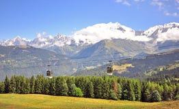 Drahtseilbahn in den französischen Alpen Stockfotos