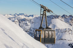 Drahtseilbahn in den schneebedeckten Bergen Lizenzfreie Stockbilder
