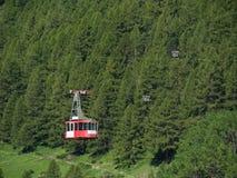 Drahtseilbahn in den Schweizer Alpen, Zermatt, die Schweiz Lizenzfreie Stockbilder