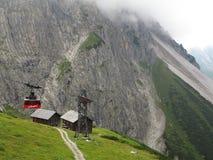 Drahtseilbahn an der steilen Gebirgslandschaft Stockbild
