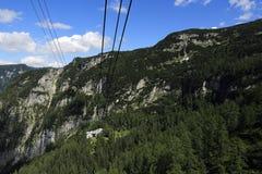 Drahtseilbahn, die Gebirgslandschaft um Bergstation Krippenstein, Salzkammergut, Salzburg, Österreich Lizenzfreie Stockfotos