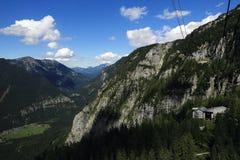 Drahtseilbahn, die Gebirgslandschaft um Bergstation Krippenstein, Salzkammergut, Salzburg, Österreich Stockbild