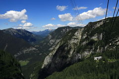 Drahtseilbahn, die Gebirgslandschaft um Bergstation Krippenstein, Salzkammergut, Salzburg, Österreich Lizenzfreies Stockbild