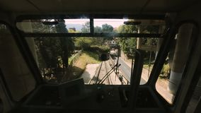 Drahtseilbahn, die vom dunklen Tunnel, öffentlicher Transport in der großen Urlaubsstadt steigt stock video footage