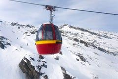 Drahtseilbahn, die zu Kitzsteinhorn-Spitze geht Lizenzfreie Stockfotografie