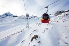 Drahtseilbahn, die zu Kitzsteinhorn-Spitze geht Lizenzfreies Stockbild