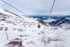 Drahtseilbahn, die zu Kitzsteinhorn-Spitze geht Stockfotografie