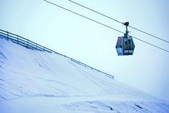 Drahtseilbahn in einem Skiort, das steigt Stunden und Landschaft lizenzfreie stockfotografie