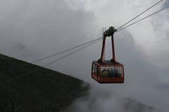 Drahtseilbahn im Nebel Lizenzfreies Stockbild