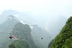 Drahtseilbahn im Nebel Stockfotos